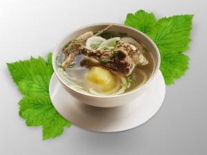 Махан Шёлтягян – stambiais gabalais virta aviena su bulvėmis, apibarstyta svogūnais.